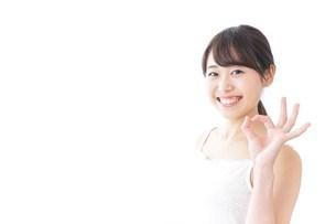 OKジェスチャーをする美容女性の写真素材 [FYI04702006]