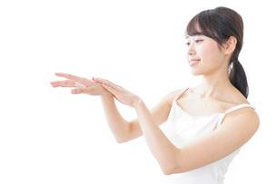 クリームを塗る若い女性の写真素材 [FYI04702100]
