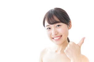 美容アドバイスをする女性の写真素材 [FYI04702126]