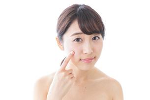肌荒れを気にする女性の写真素材 [FYI04702136]