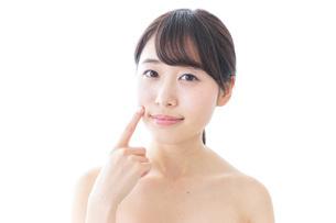肌荒れを気にする女性の写真素材 [FYI04702137]