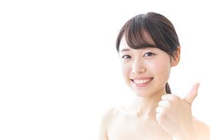 美容アドバイスをする女性の写真素材 [FYI04702140]