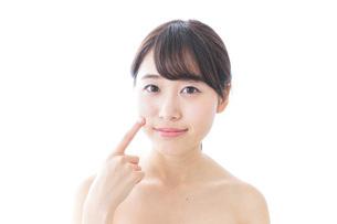 肌荒れを気にする女性の写真素材 [FYI04702144]