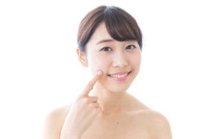 肌荒れを気にする女性の写真素材 [FYI04702145]