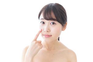 肌荒れを気にする女性の写真素材 [FYI04702146]