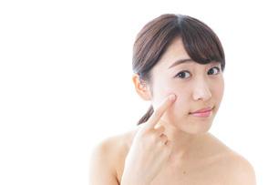 肌荒れを気にする女性の写真素材 [FYI04702148]
