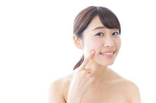 肌荒れを気にする女性の写真素材 [FYI04702149]
