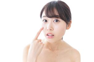 肌荒れを気にする女性の写真素材 [FYI04702150]