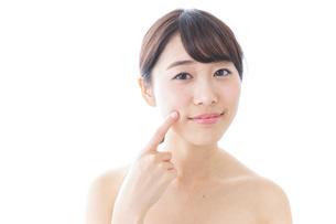 肌荒れを気にする女性の写真素材 [FYI04702152]