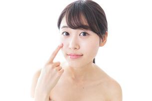 肌荒れを気にする女性の写真素材 [FYI04702154]