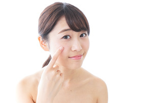 肌荒れを気にする女性の写真素材 [FYI04702155]
