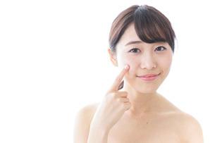 肌荒れを気にする女性の写真素材 [FYI04702156]