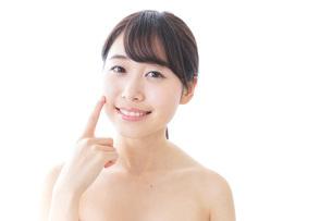 肌荒れを気にする女性の写真素材 [FYI04702157]