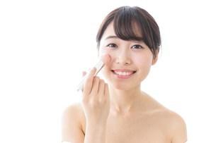 お化粧をする女性の写真素材 [FYI04702159]