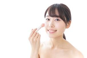 お化粧をする女性の写真素材 [FYI04702160]