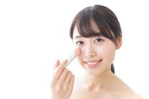 お化粧をする女性の写真素材 [FYI04702163]