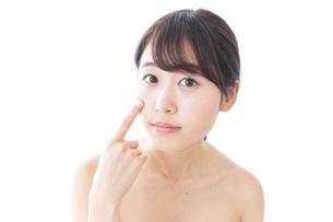 肌荒れを気にする女性の写真素材 [FYI04702165]