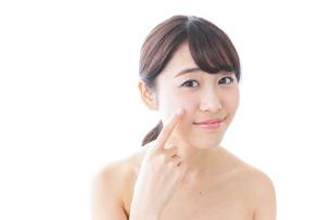 肌荒れを気にする女性の写真素材 [FYI04702166]