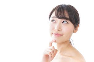 悩む女性・美容イメージの写真素材 [FYI04702169]