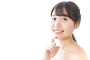 悩む女性・美容イメージの写真素材 [FYI04702175]