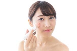 お化粧をする女性の写真素材 [FYI04702177]