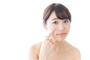 肌荒れを気にする女性の写真素材 [FYI04702178]