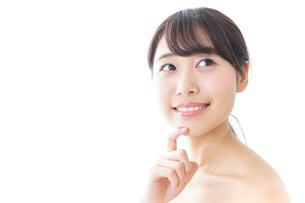 悩む女性・美容イメージの写真素材 [FYI04702179]
