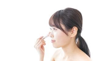 お化粧をする女性の写真素材 [FYI04702187]