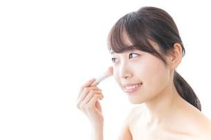 お化粧をする女性の写真素材 [FYI04702191]