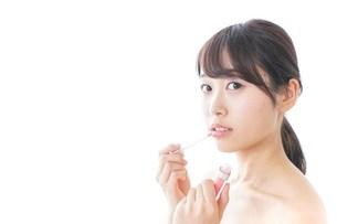 お化粧をする女性の写真素材 [FYI04702196]