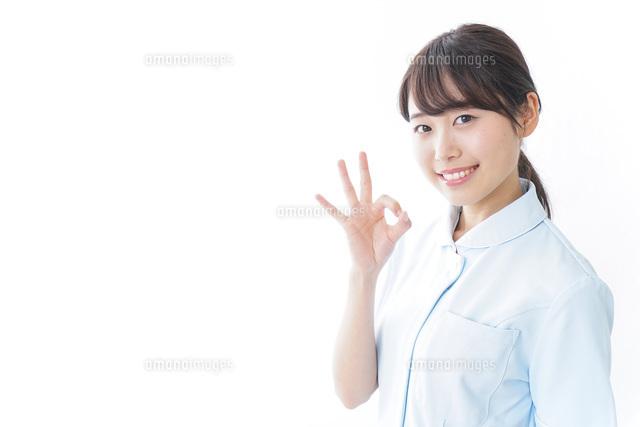 ガッツポーズをする看護師の写真素材 [FYI04702262]