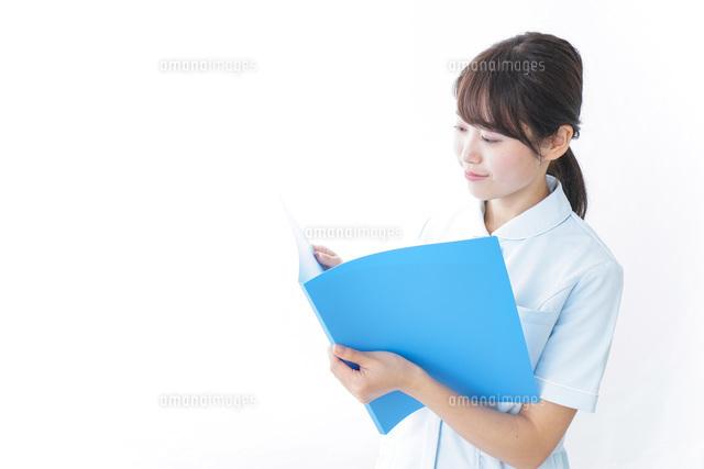 カルテを持つ看護師の写真素材 [FYI04702306]