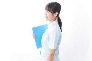 カルテを持つ看護師の写真素材 [FYI04702313]