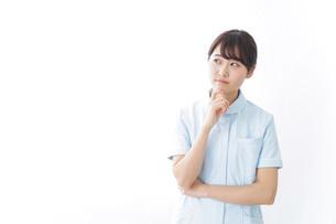 看護師_悩み事_ひらめきの写真素材 [FYI04702338]