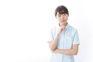 看護師_悩み事_ひらめきの写真素材 [FYI04702347]
