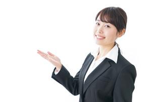 指をさすビジネスウーマンの写真素材 [FYI04702403]