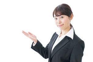 指をさすビジネスウーマンの写真素材 [FYI04702410]