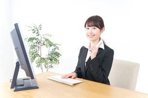 オフィスで指を指すビジネスウーマンの写真素材 [FYI04702519]