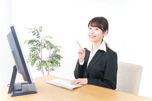 オフィスで指を指すビジネスウーマンの写真素材 [FYI04702524]