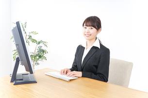 オフィスでデスクワークをする女性の写真素材 [FYI04702526]