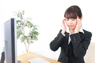 頭痛に苦しむビジネスウーマンの写真素材 [FYI04702544]