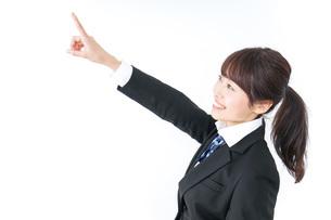 将来を指差す女子高生の写真素材 [FYI04702575]