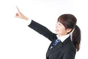 将来を指差す女子高生の写真素材 [FYI04702583]