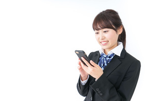 スマホを使う女子高生の写真素材 [FYI04702602]