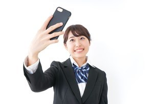 自撮り・テレビ電話をする女子学生の写真素材 [FYI04702611]