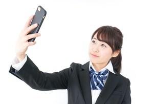 自撮り・テレビ電話をする女子学生の写真素材 [FYI04702612]