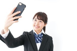 自撮り・テレビ電話をする女子学生の写真素材 [FYI04702613]