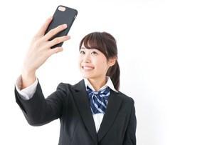 自撮り・テレビ電話をする女子学生の写真素材 [FYI04702614]
