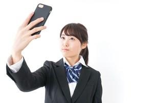 自撮り・テレビ電話をする女子学生の写真素材 [FYI04702615]