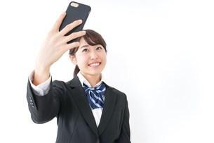 自撮り・テレビ電話をする女子学生の写真素材 [FYI04702616]